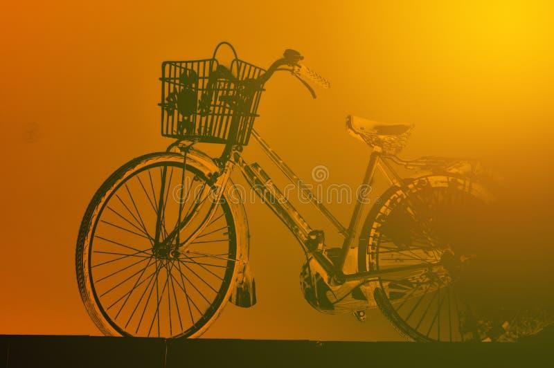 Roestige uitstekende rode fiets royalty-vrije stock afbeeldingen