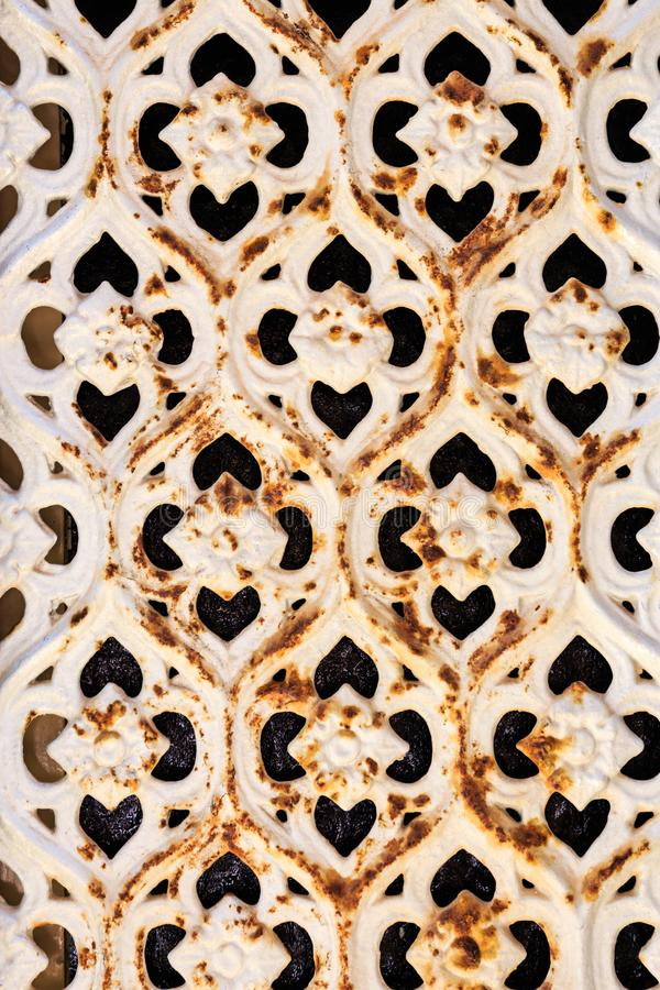 Roestige venstergrill met ornamenten royalty-vrije stock fotografie