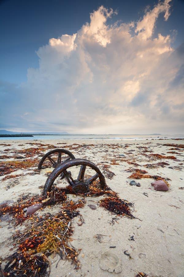 Roestige wielen in het zand royalty-vrije stock foto