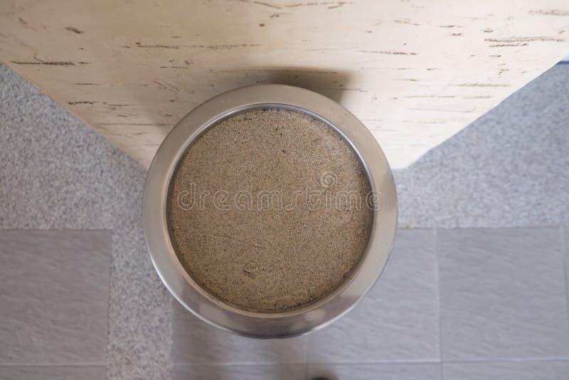 Roestvrij staalasbakje en zand en sigaret royalty-vrije stock afbeelding