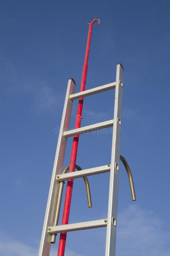 Roestvrij staalboot het inschepen ladder en bootshaak stock foto's