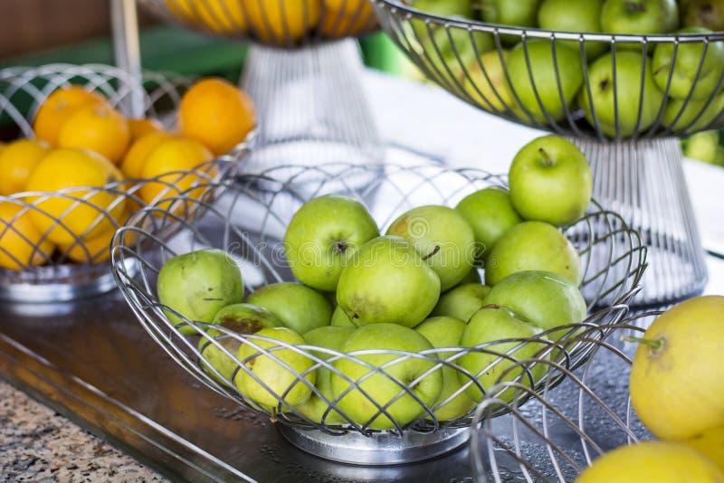 Roestvrij staalmand van groene appelen stock foto's