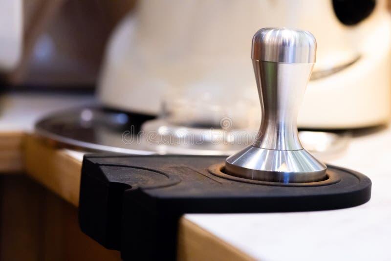 roestvrij staalstamper Baristamateriaal de zware stamper voor professionele barista brouwt espresso sluit omhoog stamper in koffi royalty-vrije stock fotografie