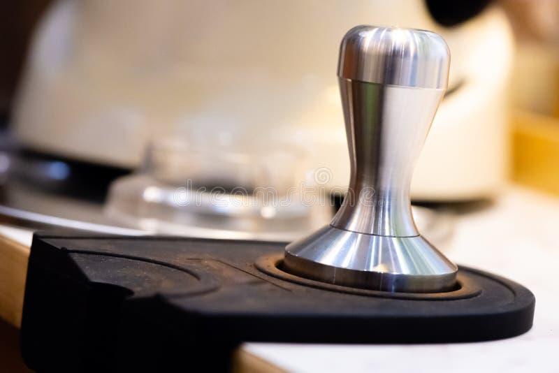 roestvrij staalstamper Baristamateriaal de zware stamper voor professionele barista brouwt espresso sluit omhoog stamper in koffi royalty-vrije stock foto