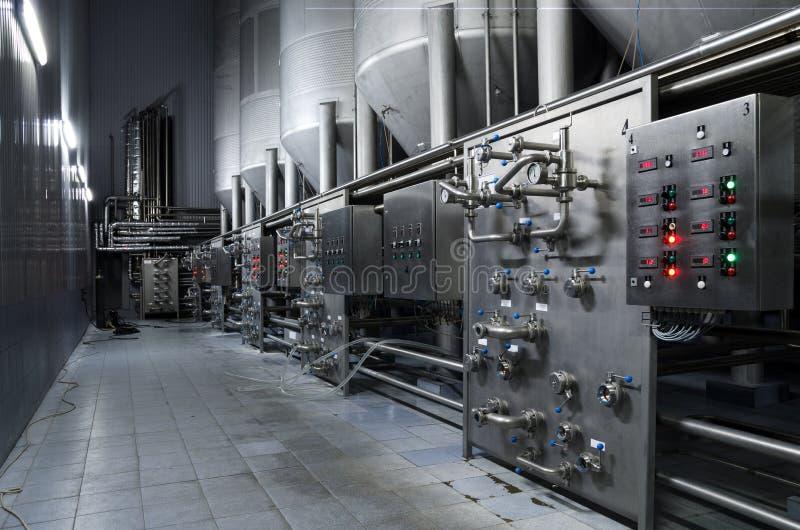 Roestvrij staaltanks voor het opslaan van bier in een ruimte met een controlebord, pijpen, technologische vertoningen royalty-vrije stock afbeeldingen