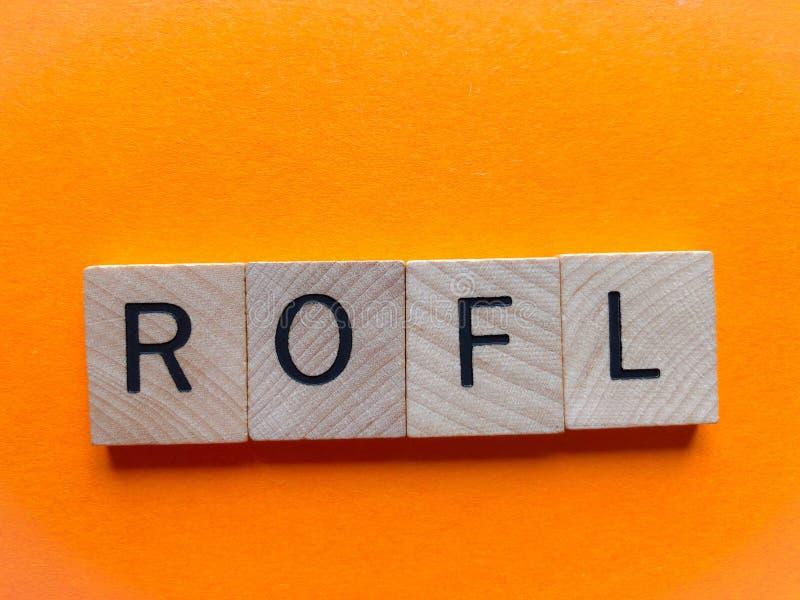 ROFL in den hölzernen Buchstaben lokalisiert auf Orange lizenzfreie stockfotografie