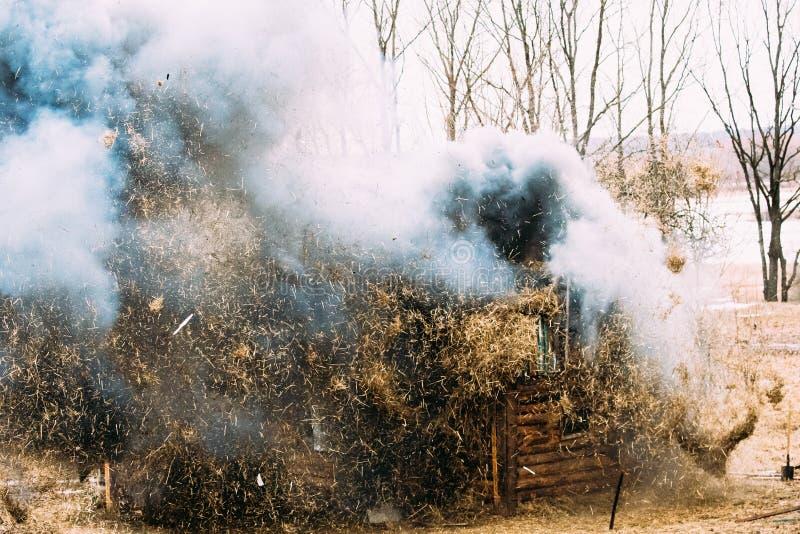 Rogachev, Bielorrússia Bombardeio, explosão da casa de madeira em histórico fotografia de stock