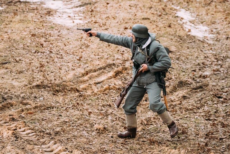 Rogachev, Bielorrússia Re-enactor vestido como a infantaria de Wehrmacht do alemão imagem de stock royalty free