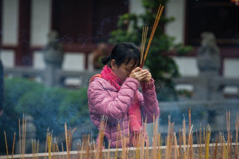 Rogación china en el templo, Guangzhou, China fotografía de archivo