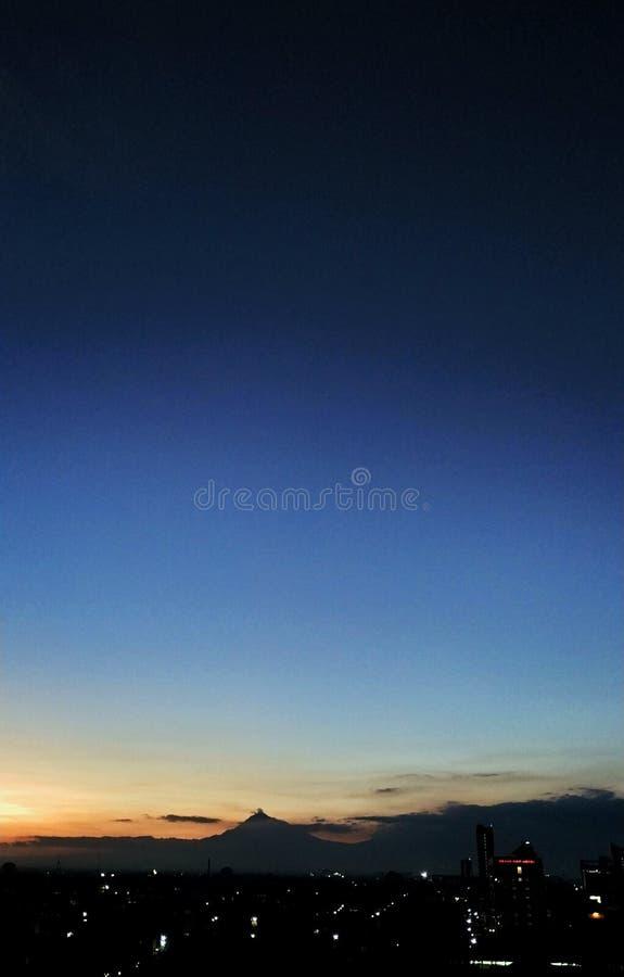 Rogación del maghrih de la montaña de la puesta del sol de la arquitectura de la ciudad de Surakarta adzan fotografía de archivo