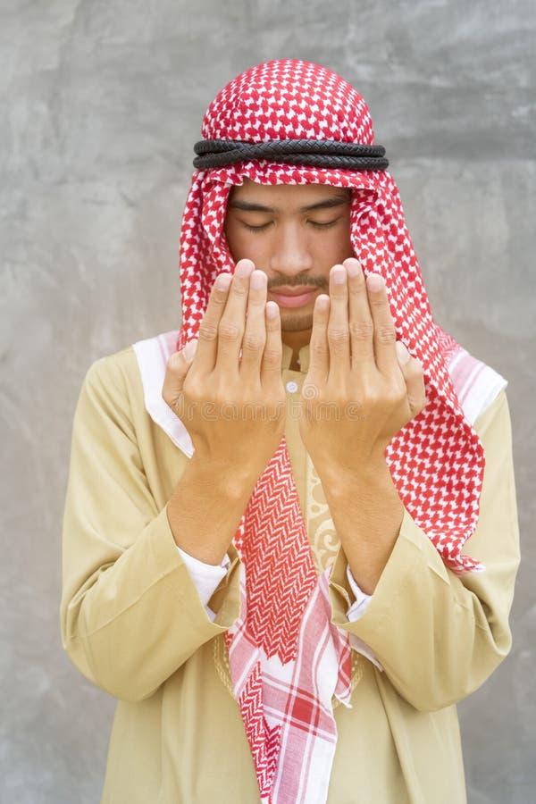 Rogación a dios con el hombre árabe hermoso fotos de archivo