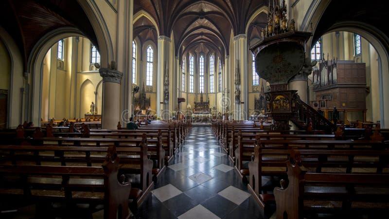 Rogación turística cristiana en la catedral imagen de archivo libre de regalías
