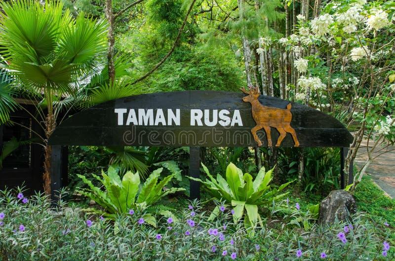 Rogacza Parkowy signage z piękną flory dekoracją Malezja która lokalizuje przy Kuala Lumpur Perdana ogródami botanicznymi, zdjęcia stock