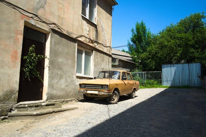 Rogatin, Украина - июнь 2019: Старый советский автомобиль припаркованный в задворк Винтажный автомобиль вызвал Moskvich r стоковое изображение rf