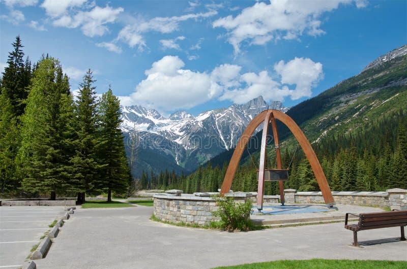 Rogers Pass toppmötemonument, Rogers Pass National Historic Site av Kanada i kanadensiska steniga berg i solig dag för sommar royaltyfri fotografi