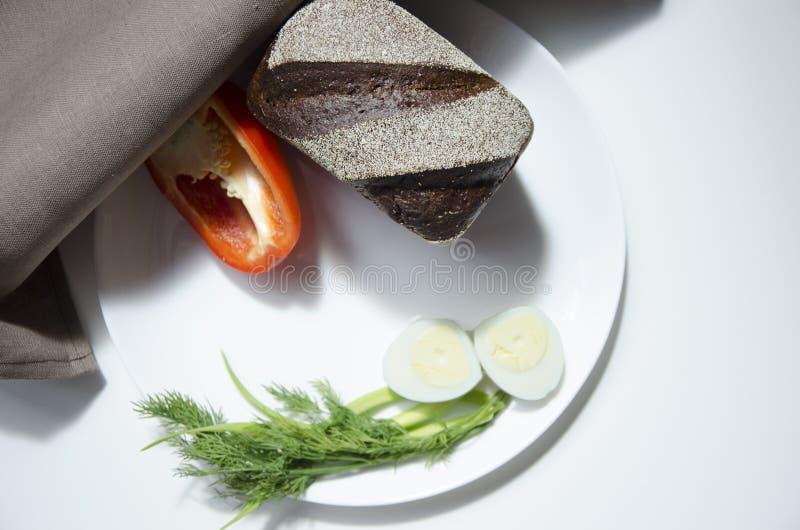 Roggebrood, ei en peper op een witte achtergrond royalty-vrije stock foto's