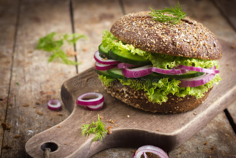 Roggenburger des strengen Vegetariers mit Frischgemüse stockbild