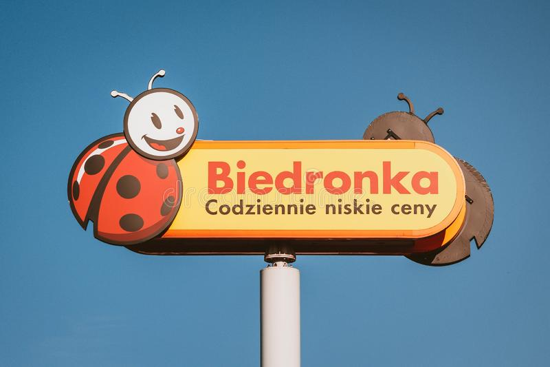 ROGOZNO, POLÔNIA - 30 DE MAIO DE 2019 O logotipo de Biedronka, a corrente de supermercados a maior do desconto no Polônia fotos de stock royalty free
