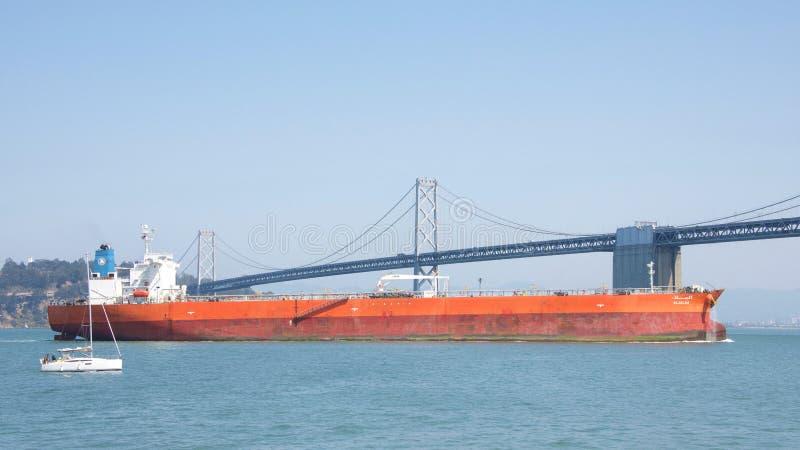 Rohöltanker ALJALAA, der durch San Francisco Bay überschreitet stockfotos