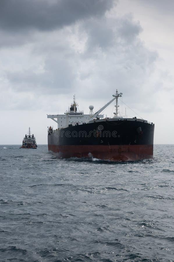 Rohöltanker in Meer stockfotos