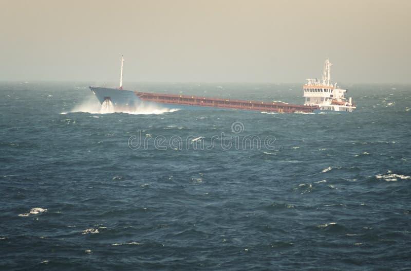 Rohöltanker-Segeln durch raues Meer lizenzfreie stockfotografie