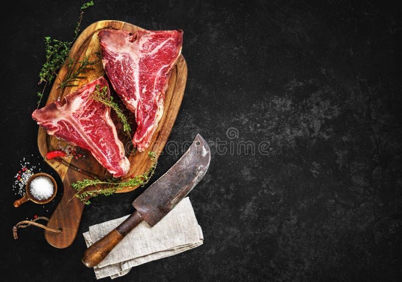 Roh trocknen Sie gealterte Steaks des förmigen Knochens für Grill stockfoto