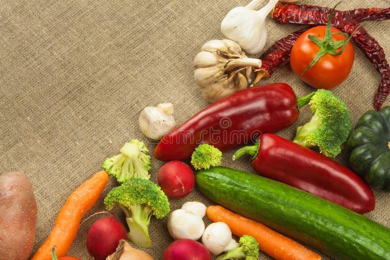 Rohe Diät des Frischgemüses Zubereitung der vegetarischen Nahrung Gemüsemenü Frisches organisches Gemüse auf dem Tisch Diätmahlze lizenzfreie stockfotografie