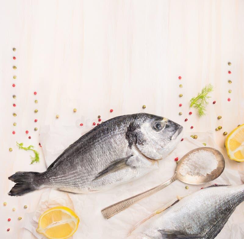 Rohe Dorado Fische Mit Zitrone, Gewürzen Und Salz Im Löffel Auf ...