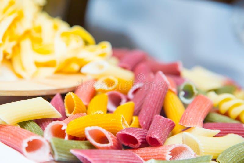 Rohe drei farbige italienische Teigwaren stockfotos