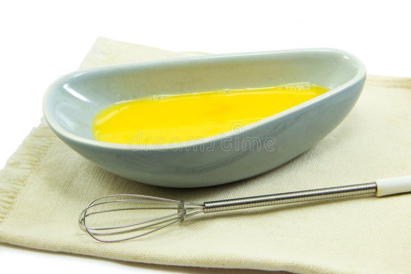 Rohe Eier Schüssel und wischen auf Stoff stockfotos