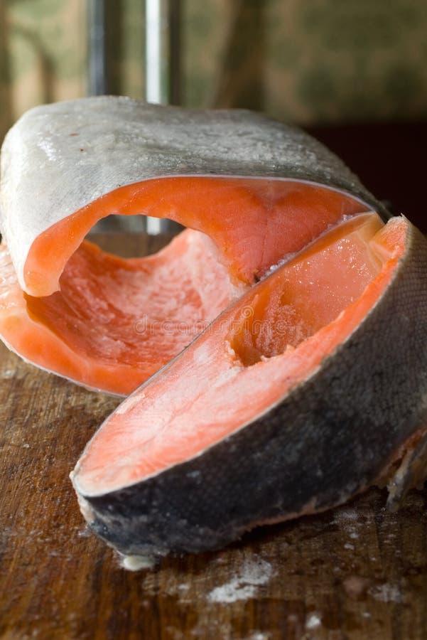 Rohe freezed geschnittene Lachse vorbereitet für das Kochen. lizenzfreies stockbild