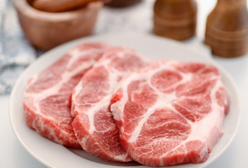 Rohe frische Schweinefleischhals-Fleischsteaks lizenzfreies stockfoto