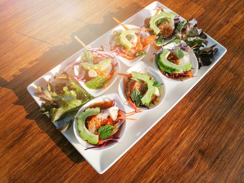 Rohe Garnele und würzige Soßenmeeresfrüchte lizenzfreie stockfotos