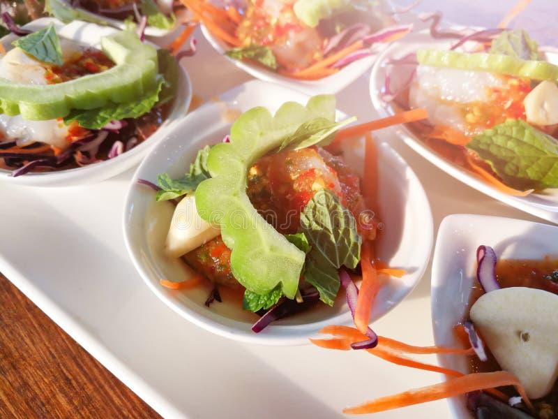 Rohe Garnele und würzige Soßenmeeresfrüchte lizenzfreie stockfotografie