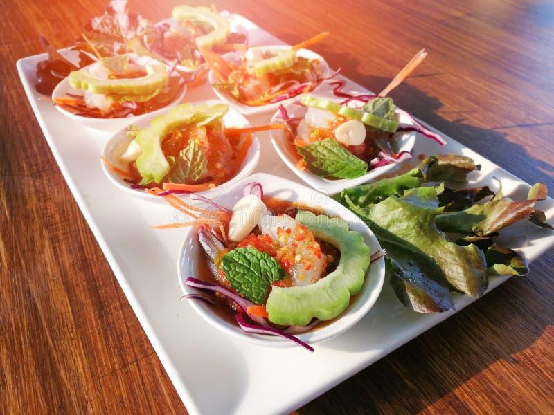 Rohe Garnele und würzige Soßenmeeresfrüchte stockfoto