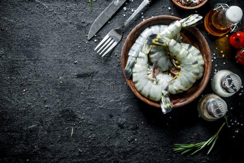 Rohe Garnelen ungekocht mit Gewürzen lizenzfreies stockbild