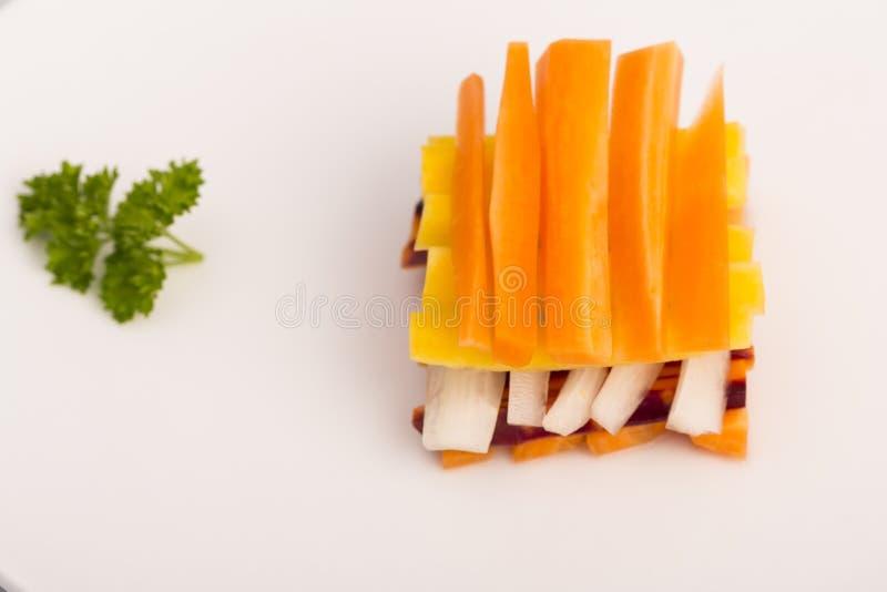 Rohe gelbe, weiße, orange, rote Karotten stockbild