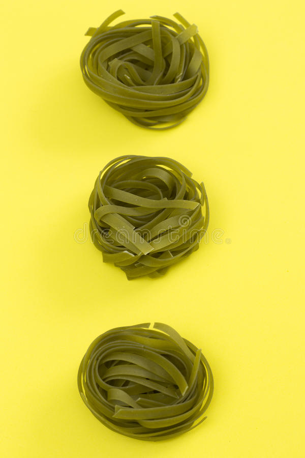 Rohe grüne Bandnudelnteigwaren lizenzfreie stockbilder