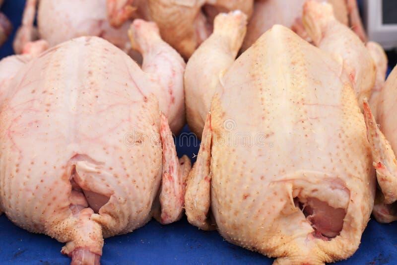 Rohe Hühnerkarkassen verkauften im Marktzähler Selektiver Fokus stockfoto