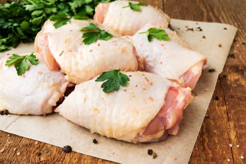 Rohe Hühnerschenkel mit Petersilie stockfoto