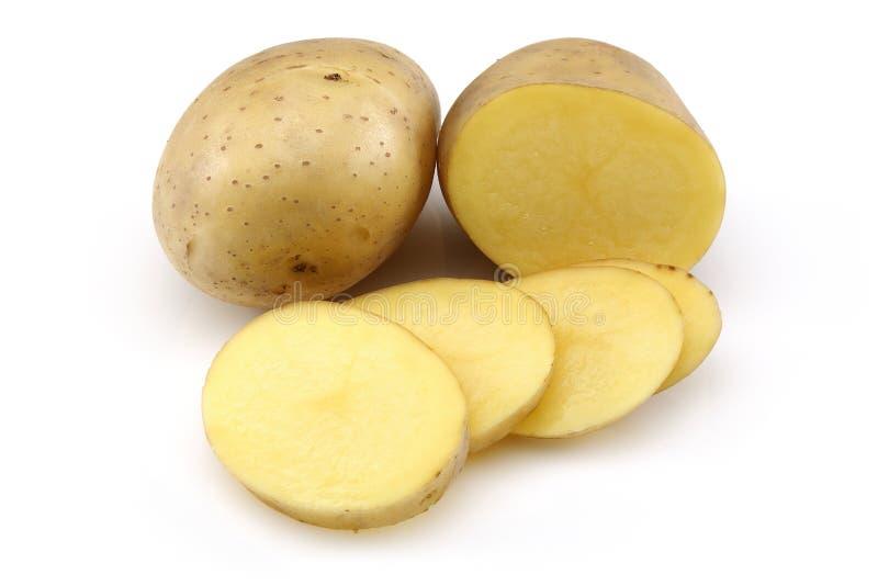Rohe Kartoffel und geschnittene Kartoffel stockbilder