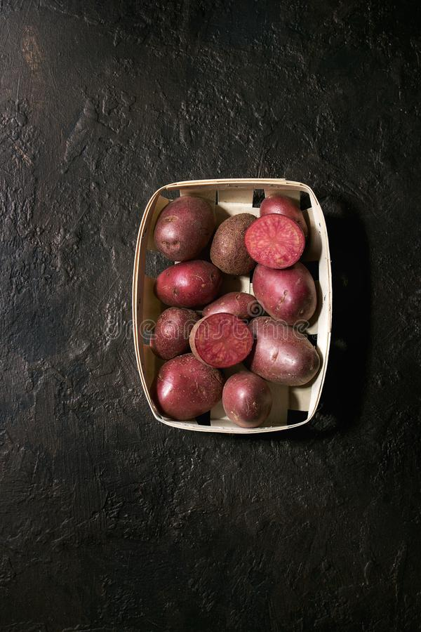 Rohe Kartoffeln lilu stieg lizenzfreie stockfotografie