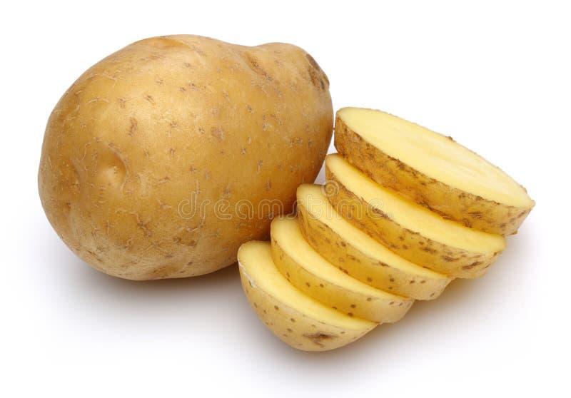 Rohe Kartoffeln und geschnittene Kartoffeln stockfotografie