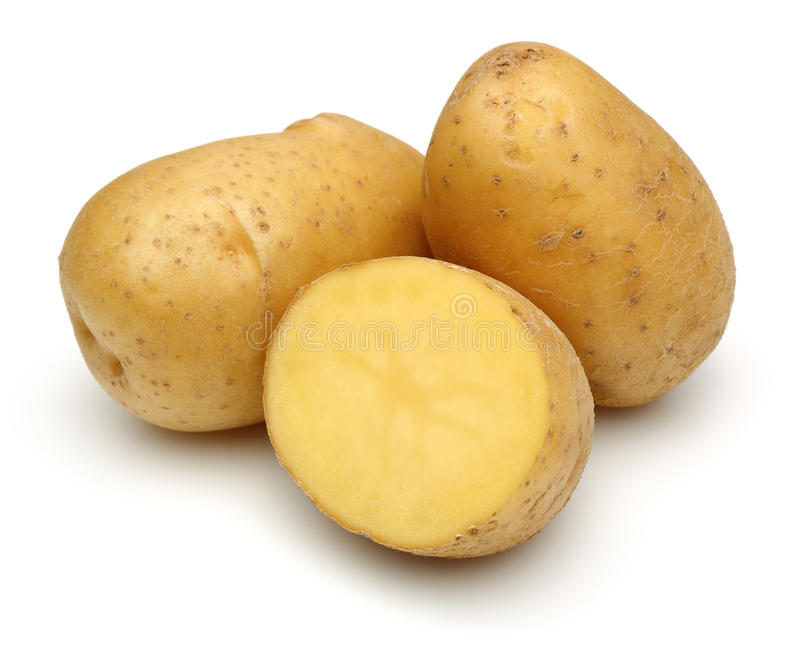 Rohe Kartoffeln und halbe Kartoffel stockfotos