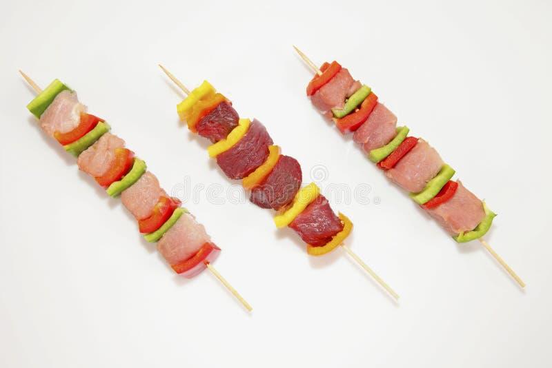 Rohe Kebabaufsteckspindeln auf weißem Hintergrund lizenzfreie stockbilder