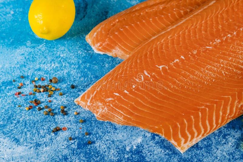 Rohe Lachsfiletbestandteile für Marinade stockfoto