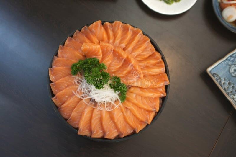 Rohe Lachsscheibe des gro?en Satzes oder Lachssashimi im neuen Aufschlag der japanischen Art auf Eis lizenzfreie stockfotografie
