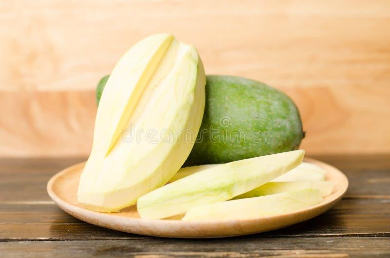 Rohe Mangofrucht stockfotografie