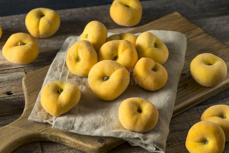 Rohe organische gelbe Donut-Saturn-Pfirsiche lizenzfreie stockfotos
