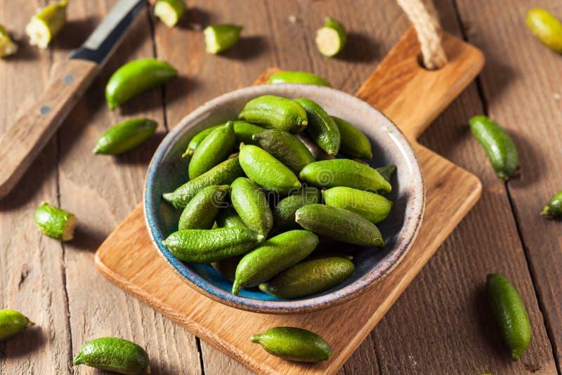 Rohe organische grüner Finger-Kalke lizenzfreies stockfoto